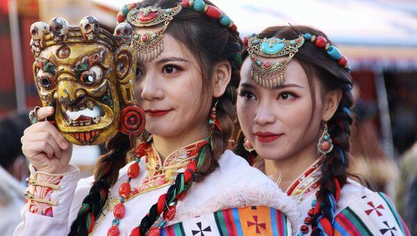 チベット民族の伝統衣装を着た女性たち - Sputnik 日本