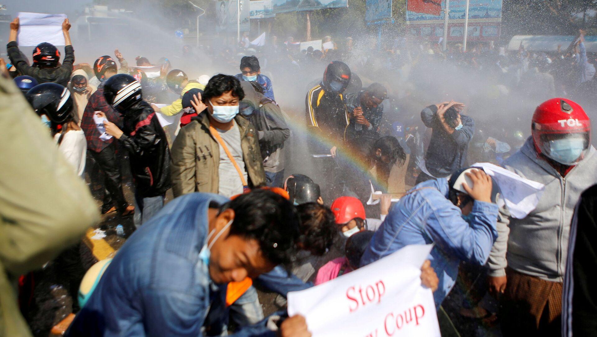 Полиция стреляет из водомета по демонстрантам, выступающим против военного переворота, в Нейпьито, Мьянма - Sputnik 日本, 1920, 01.03.2021
