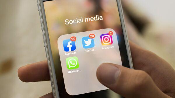 Иконки Facebook, Twitter, Instagram, WhatsApp на экране смартфона - Sputnik 日本