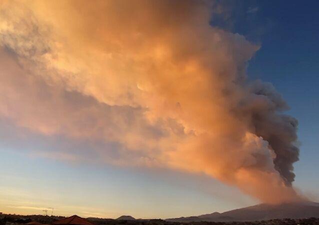 イタリア ストロンボリ火山とエトナ火山が噴火