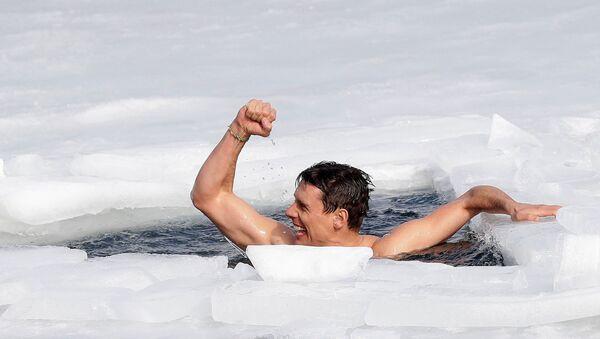 チェコ・ラホシュチ村で、氷の下を約81メートル泳ぎ切ったデービッド・ベンツルさん - Sputnik 日本