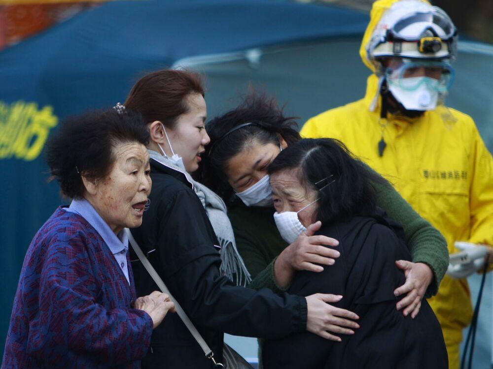 福島県郡山市で、放射線量測定を受ける福島第一原発の周辺地域から避難した住民(2011年3月13日撮影)