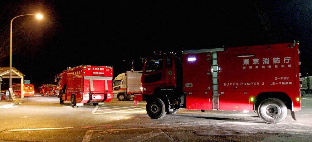 新潟県で、福島第一原発へ向け高速道路を走る消防車(2011年3月19日撮影)