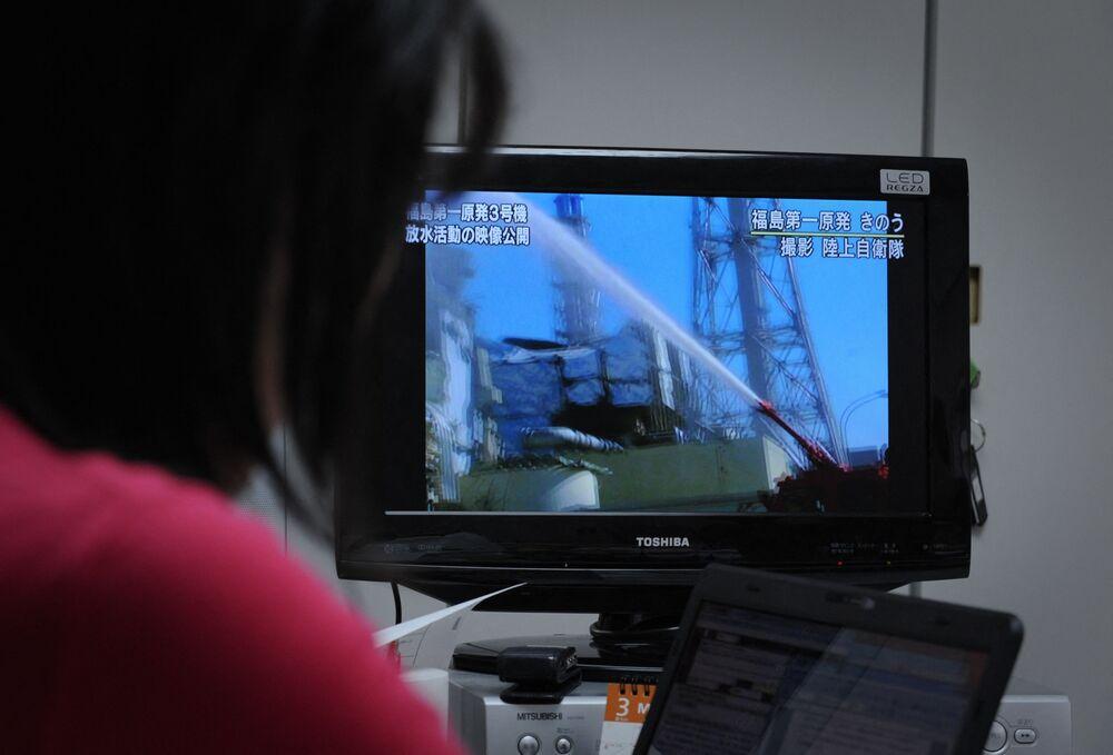 テレビで放映された、福島第一原発3号機を冷却するため放水する消防車(2011年3月18日撮影)