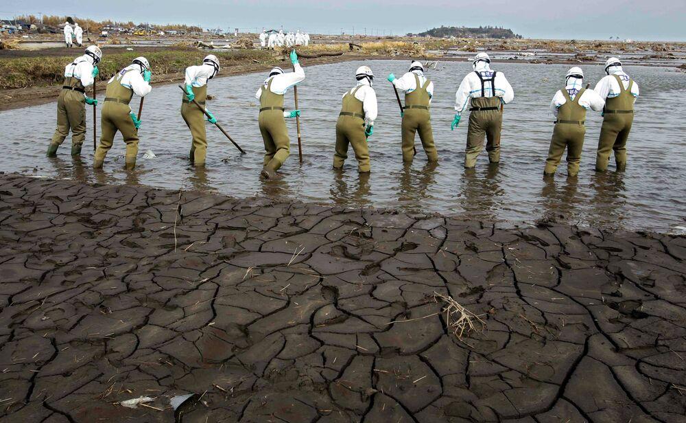 福島第一原発から20キロ圏内の福島県南相馬市で行方不明者を捜索する警察(2011年4月21日撮影)