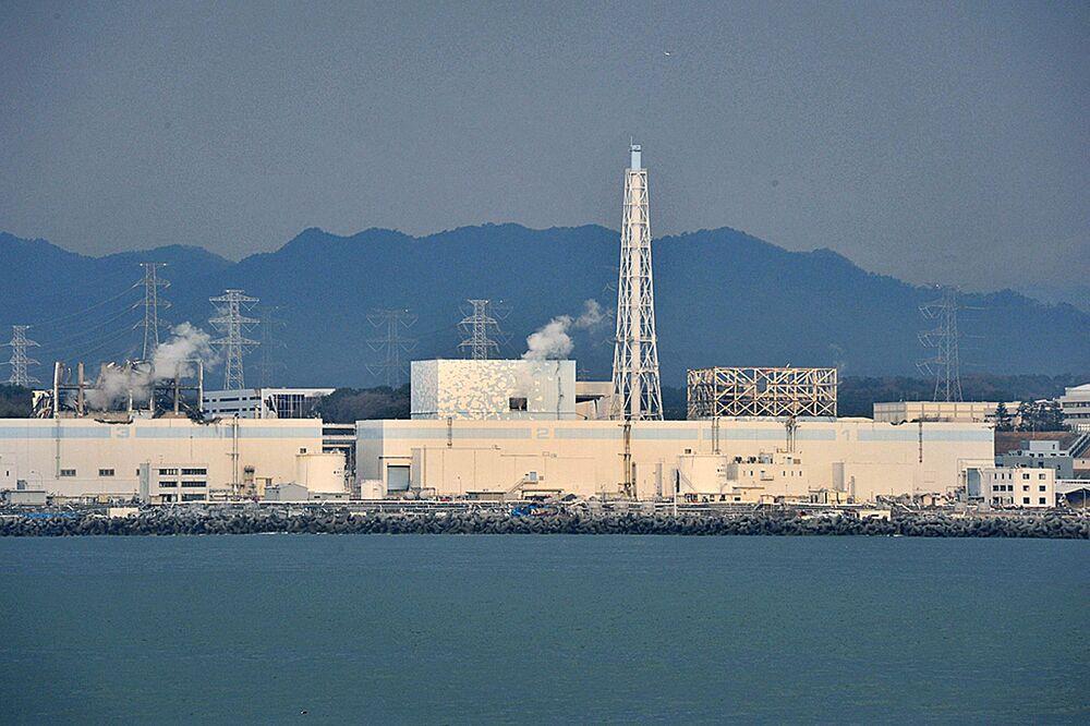 白煙が立ち上る福島第一原発2号機と3号機(2011年4月1日撮影)