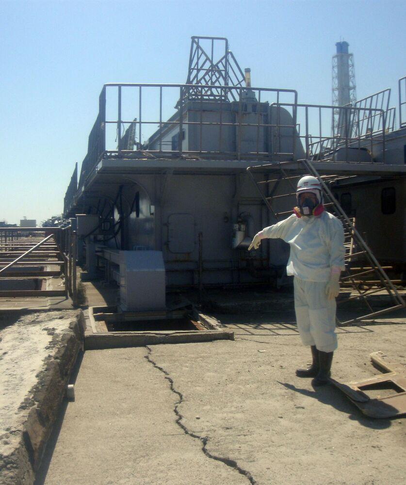 福島第一原発2号機の原子炉建屋周辺の地面に入った亀裂(2011年4月1日撮影)