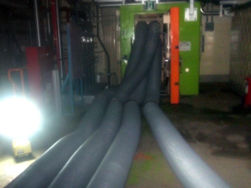 1号機の原子炉建屋内の空気を換気する管(ダクト)(2011年5月5日撮影)