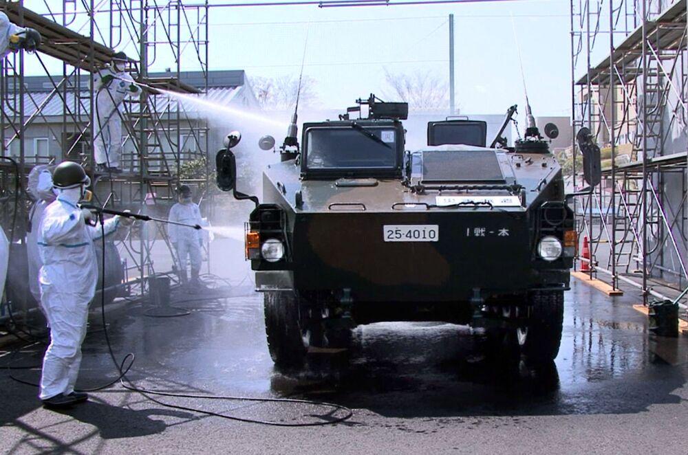 福島県双葉郡楢葉町で、車両の除染作業を行う自衛隊員(2011年4月12日撮影)