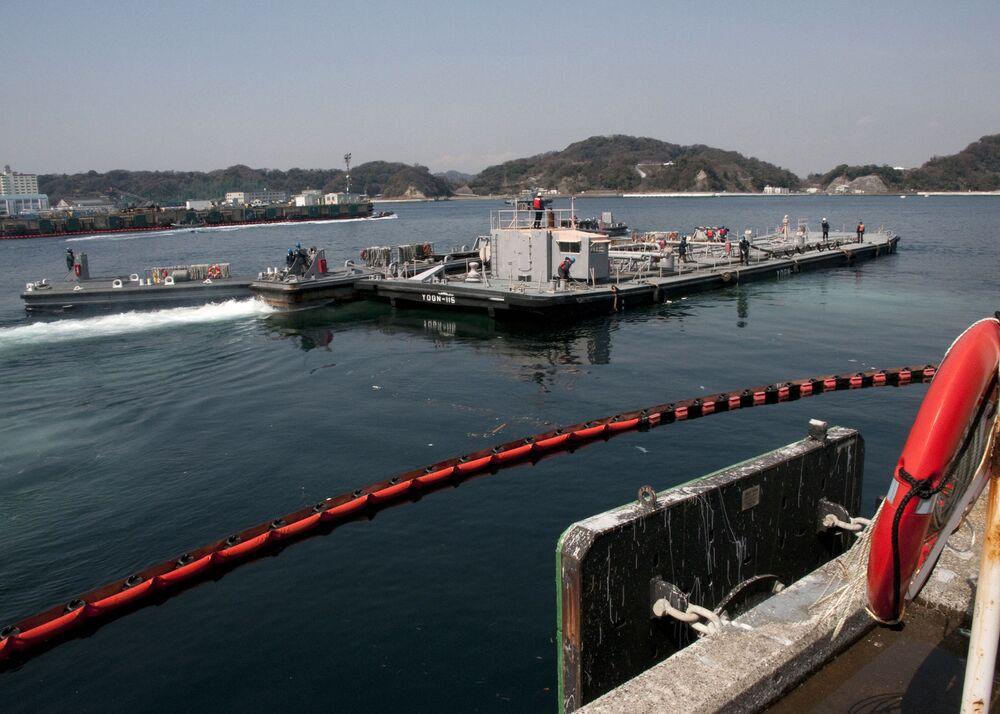 福島第1原発の冷却作業を支援するため、132万リットルの真水を積み横須賀基地を出港する米海軍船YON-287(2011年3月25日撮影)