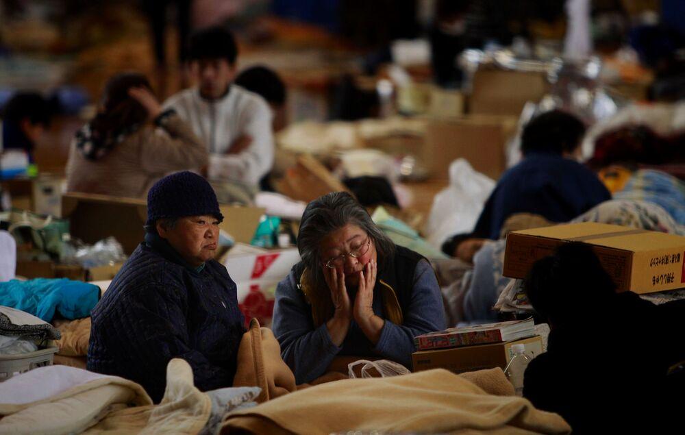 福島県福島市の避難所に身を寄せる地元住民ら(2011年3月21日撮影)