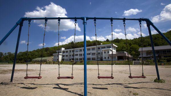 Детская площадка перед начальной школой в японском селе Иитате, пострадавшем от землетрясения, цунами и последующей аварии на АЭС Фукусима-1 - Sputnik 日本