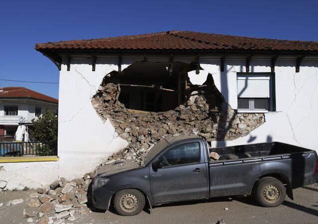 ギリシャ中部・ギダマシ村で、地震により損壊した建物