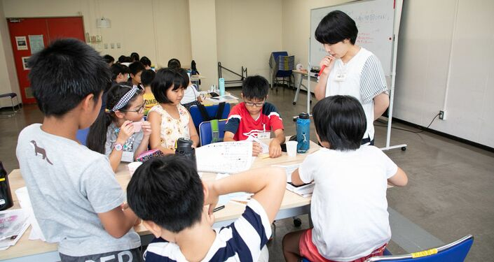 子どもたちに指導する久保田さん