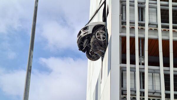 ポルシェマカンがビルの4階の壁に駐車 - Sputnik 日本