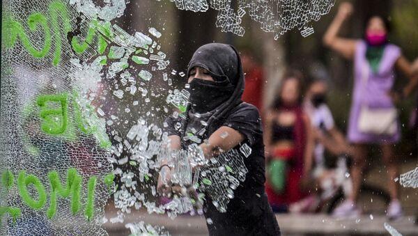 メキシコシティでフェミニズム運動 参加者がデモ行進中に警察官を攻撃 - Sputnik 日本
