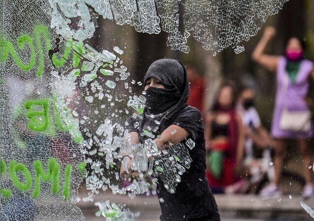メキシコシティでフェミニズム運動 参加者がデモ行進中に警察官を攻撃