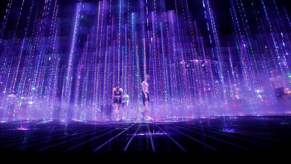 「TikTok teamLab Reconnect」のデモンストレーションで、サウナと融合したデジタルアート作品の中を歩くスタッフ - Sputnik 日本