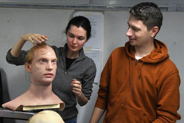 人工皮膚のサンプルを扱うPromobot社のウラジオストク支店のピョートル・チェゴダエフ所長(右)とアレクサンドラ・チェゴダエワ副所長(左) - Sputnik 日本