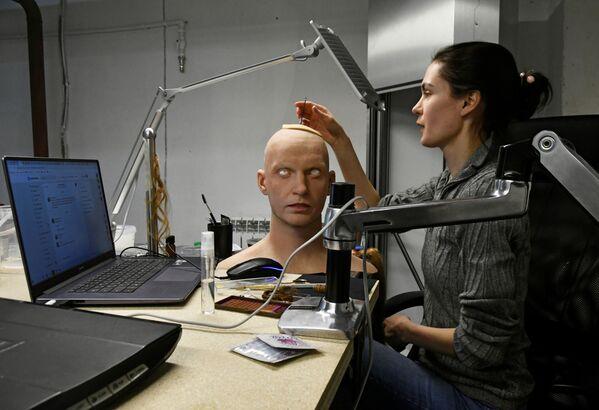 人型ロボットの頭部を製作するアレクサンドラ・チェゴダエワ副所長 - Sputnik 日本