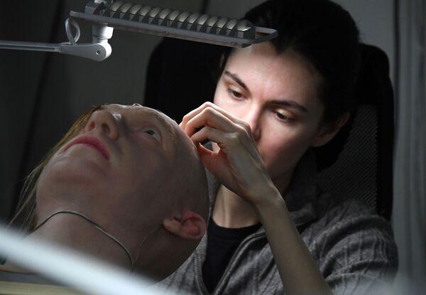 開発研究所で、人工皮膚のサンプルを扱うアレクサンドラ・チェゴダエワ副所長 - Sputnik 日本