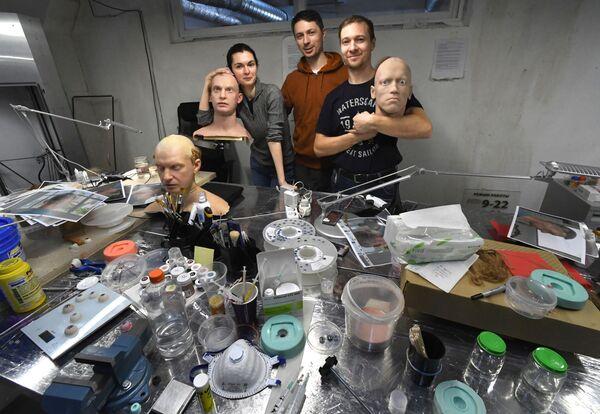 プロモロボット社ウラジオストク支店のピョートル・チェゴダエフ所長(中央)、アレクサンドラ・チェゴダエフ副所長(左)、アーティストのビクトル・デレノク氏(右) - Sputnik 日本