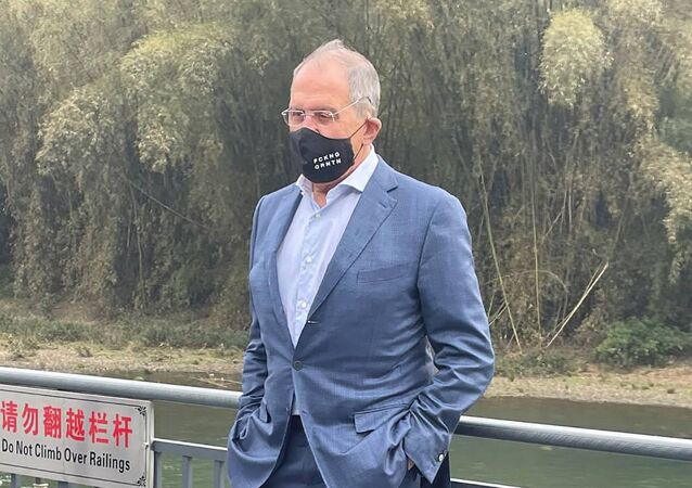 FCKNG QRNTNマスクを着用しているロシア外相