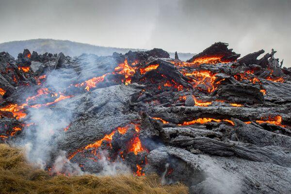 ファグラダルスフィヤル火山から流れ出した溶岩 - Sputnik 日本
