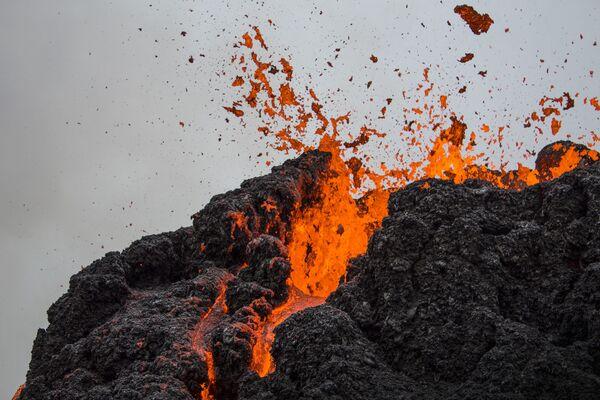ファグラダルスフィヤル火山から流れ出す溶岩 - Sputnik 日本