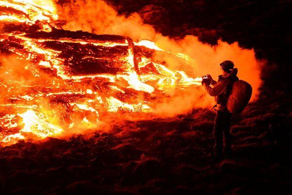 ファグラダルスフィヤル火山から流れ出す溶岩を撮影する市民 - Sputnik 日本