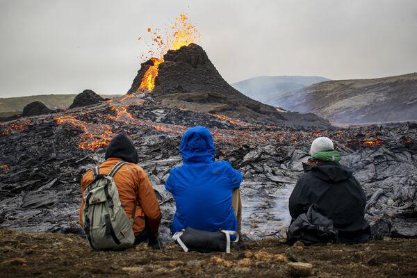 噴火するファグラダルスフィヤル火山を見にやってきた見物客 - Sputnik 日本