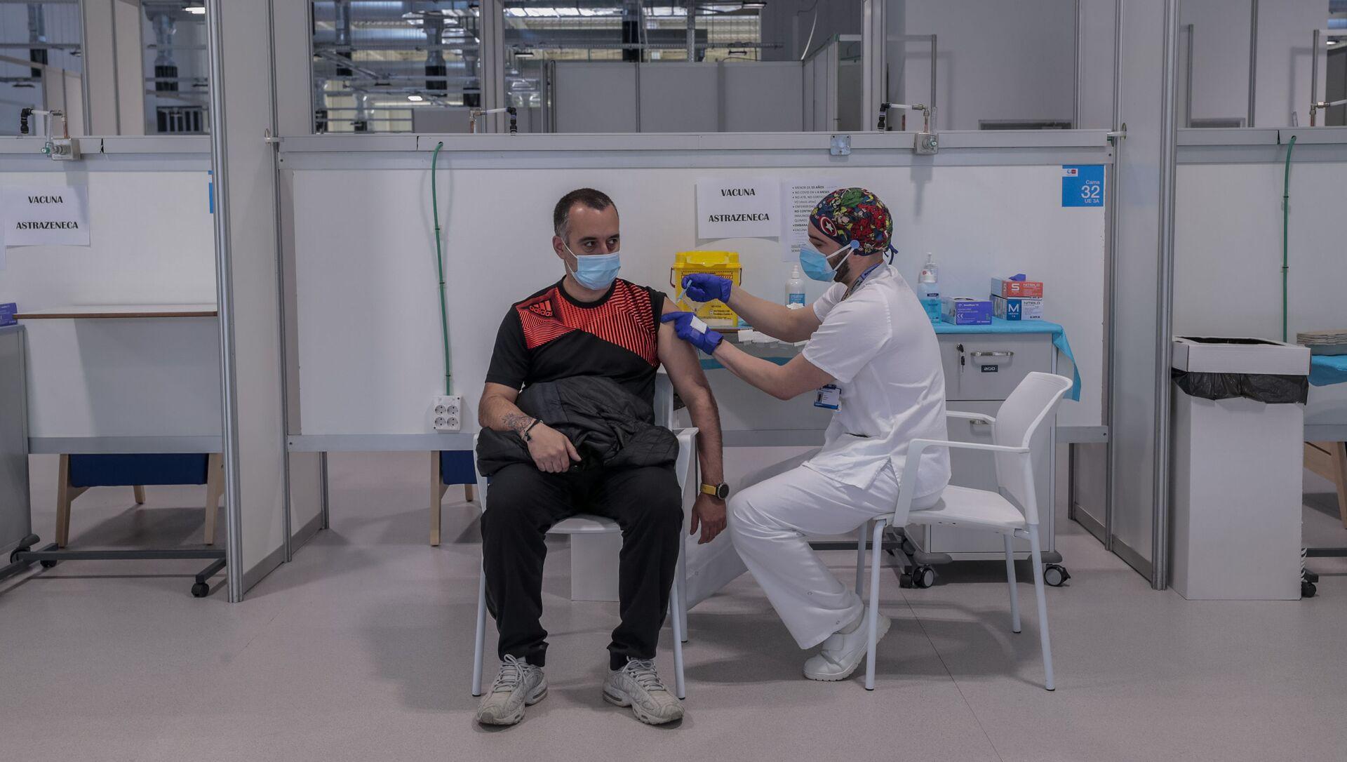 Мужчина получает вакцину AstraZeneca в больнице Мадрида - Sputnik 日本, 1920, 23.03.2021