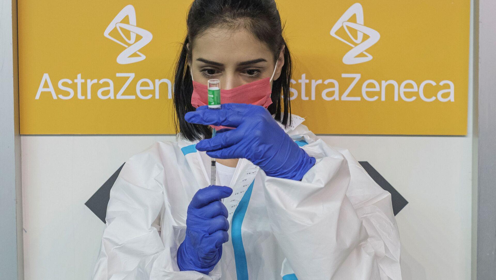 A nurse fills a syringe with a dose of the AstraZeneca vaccine against the coronavirus disease (COVID-19) - Sputnik 日本, 1920, 09.04.2021