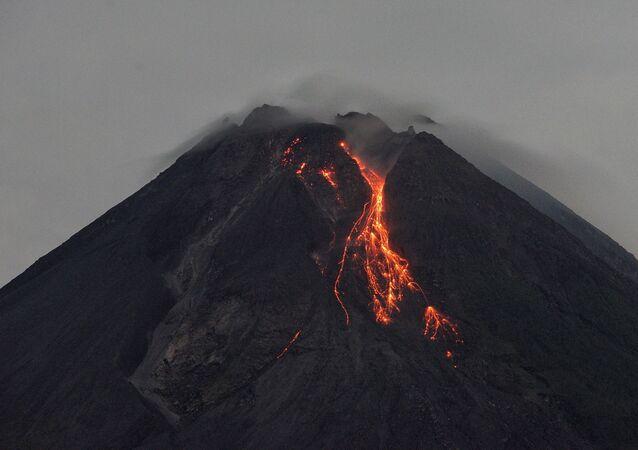 スペイン領ラ・パルマ島で火山が噴火=マスコミ