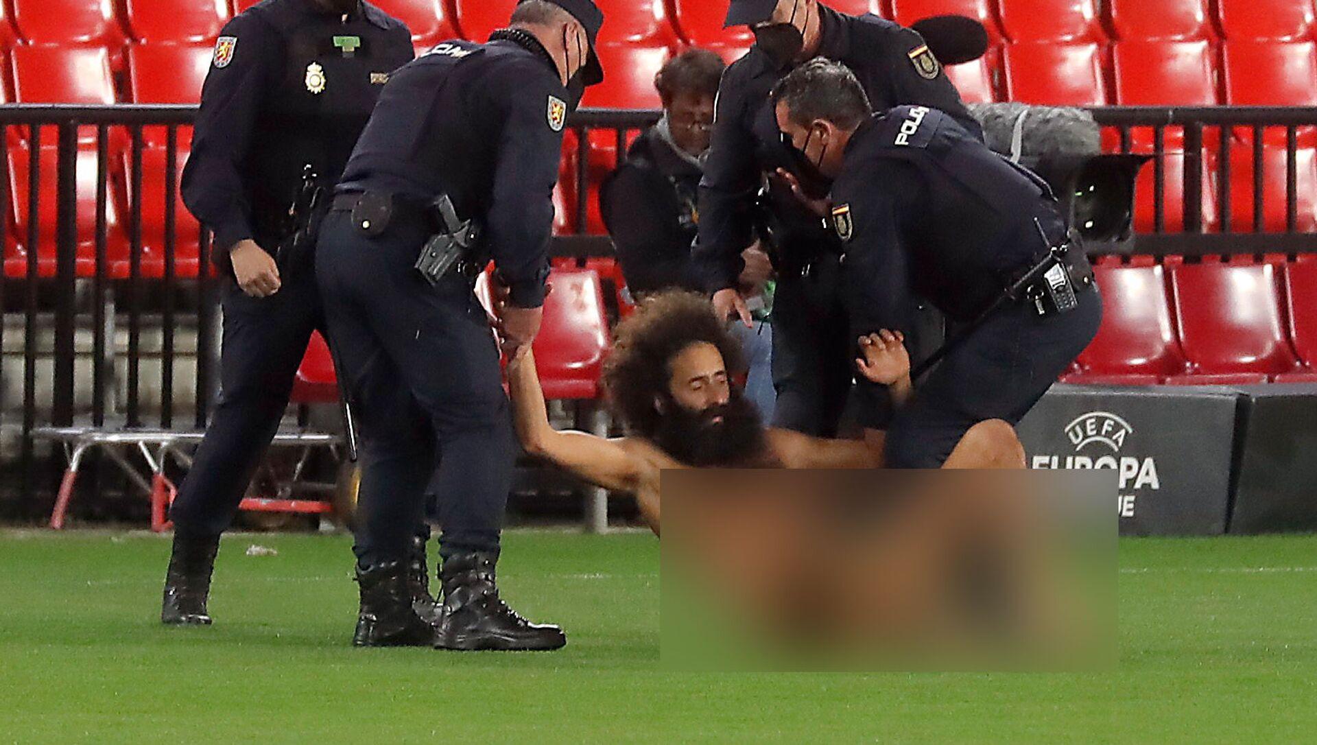 ハプニング! サッカーの欧州リーグの試合中に、全裸のファンがピッチに乱入 - Sputnik 日本, 1920, 09.04.2021