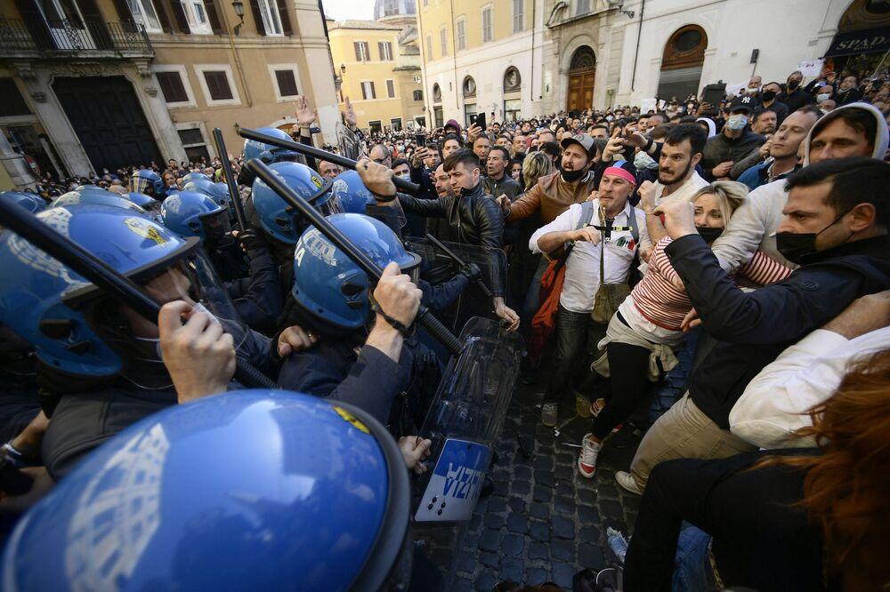 イタリア・ローマのモンテチトーリオ宮殿前で外で行われた新型コロナウイルスによる規制に反対する抗議デモで、警察と対峙するデモ隊