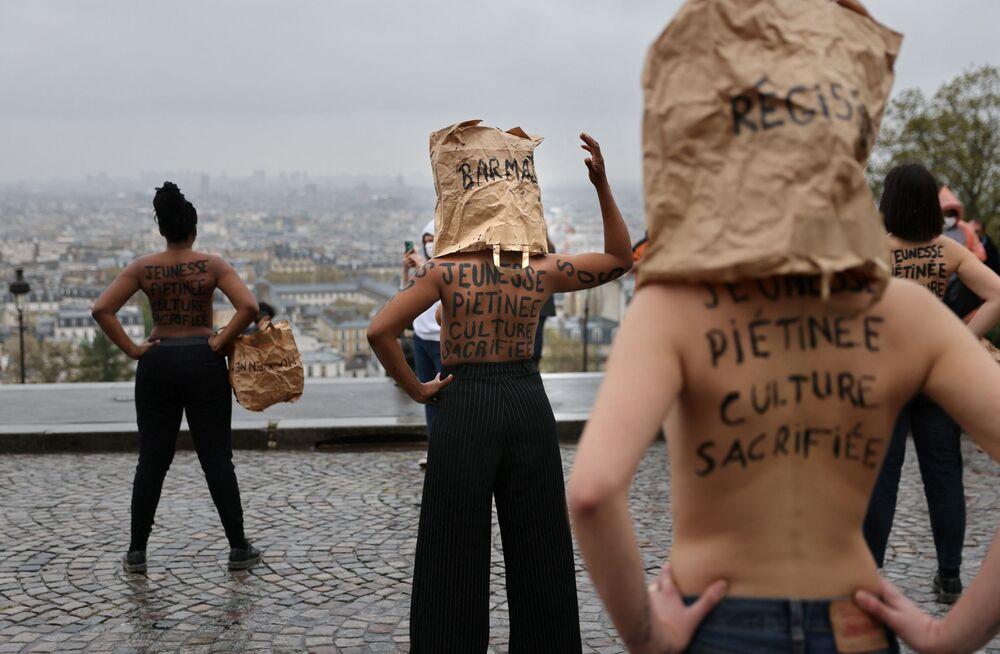 フランス・パリのサクレ・クール寺院前で行われた、新型コロナウイルス対策に伴う小売店の閉鎖に抗議するデモに参加する人々