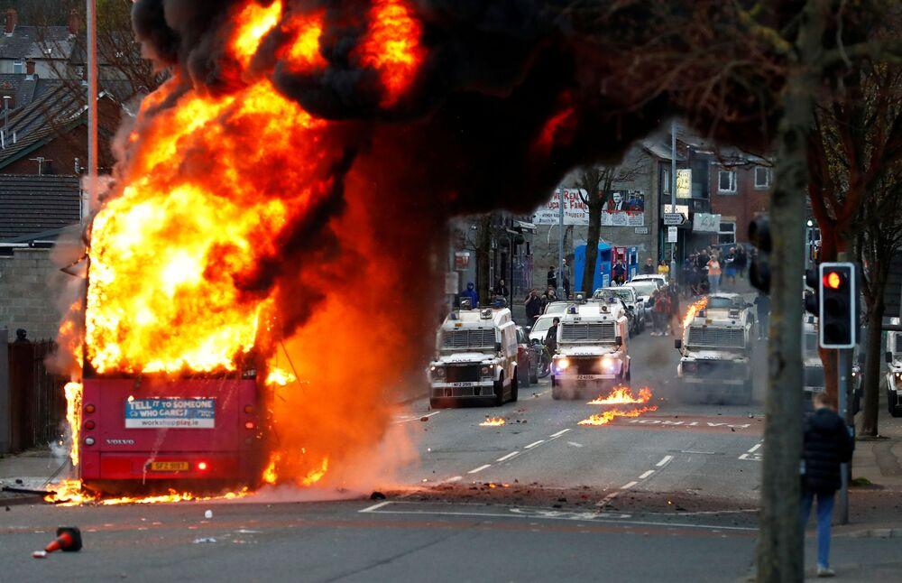 英・北アイルランド首都ベルファストで発生した暴動で、暴徒によって放火されたバス