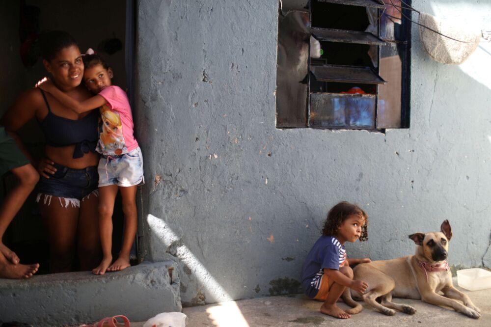 ブラジル・リオデジャネイロで、新型コロナウイルス対策の一環で寄付された食品を受け取った家族