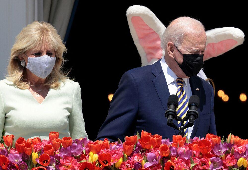 米ワシントン州のホワイトハウスで、イースター・バニーと一緒に登場したバイデン夫妻