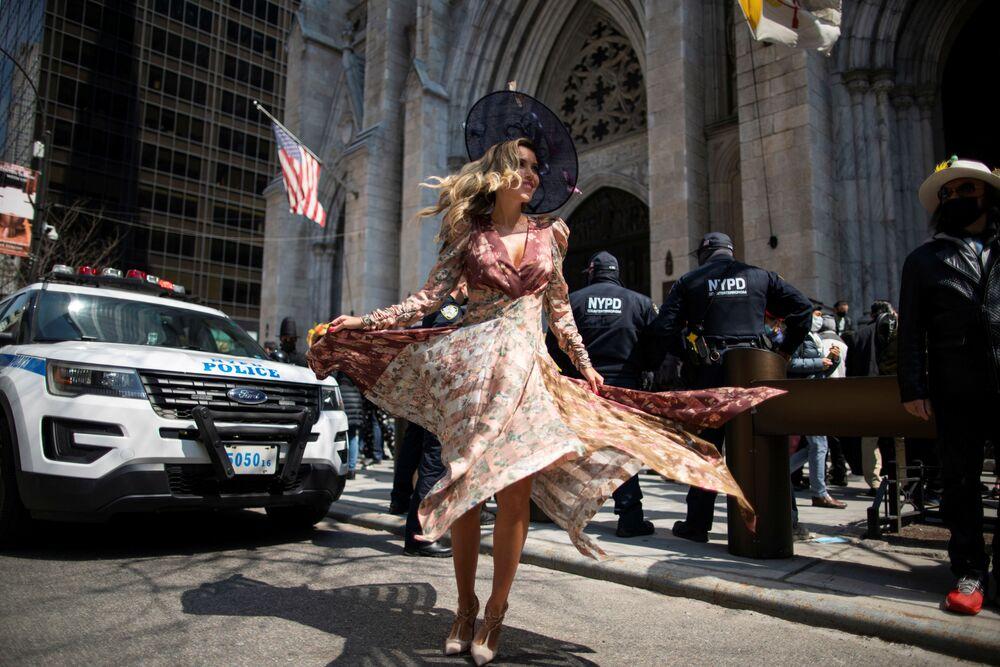 米ニューヨーク市で、春の恒例イベント「イースターパレード&イースターボンネットフェスティバル 」に参加する女性
