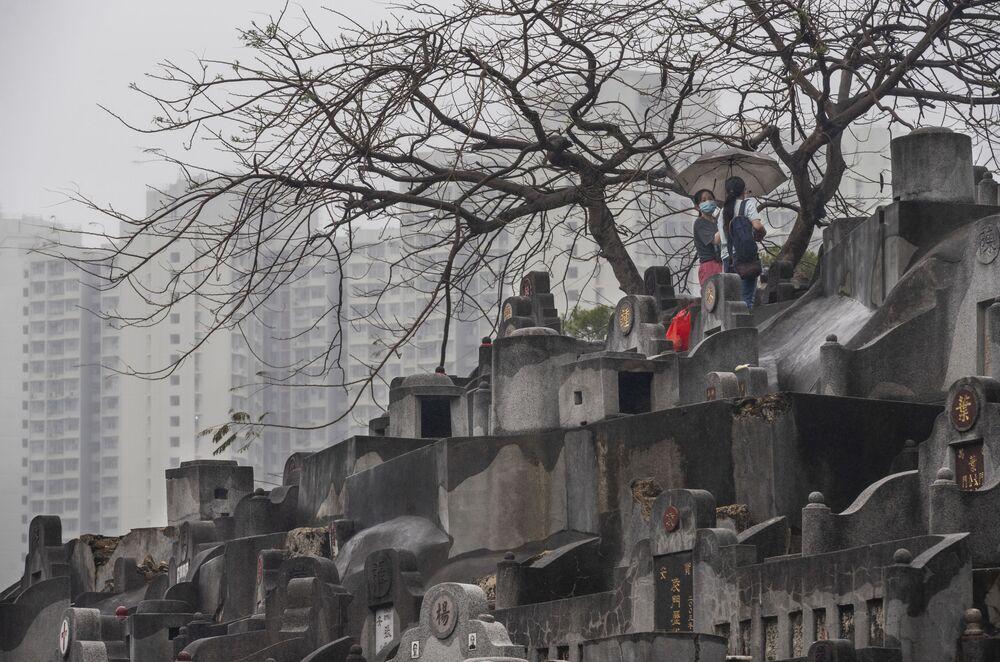 香港で、先祖を祭る「清明節」で墓参りに訪れた女性たち