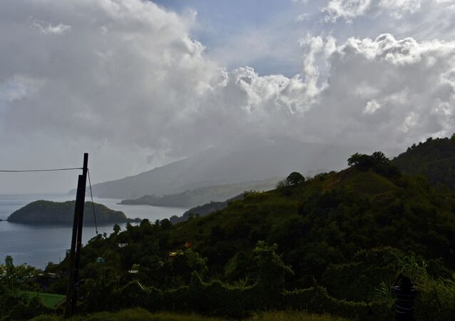 セントビンセント島で火山噴火、1万6000人が避難