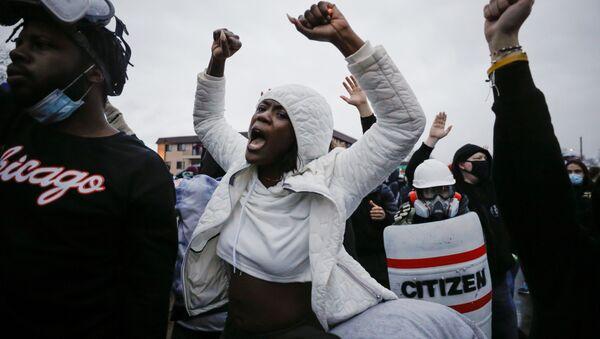 米ミネソタ州ブルックリンセンターでダンテ・ライトさんが警官に射殺された事件の翌日、抗議デモに集まった人々 - Sputnik 日本