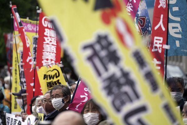 福島第一原発の処理水の海洋放出が決定したことを受け、東京都千代田区の首相官邸前で行われた抗議デモで、のぼりを掲げる人々 - Sputnik 日本