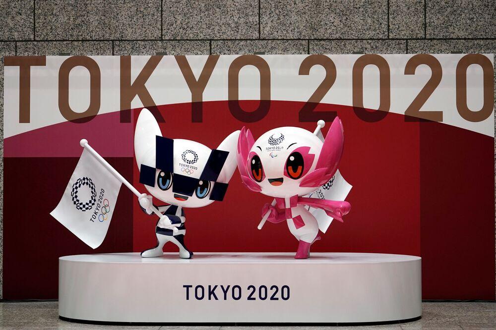 東京都庁に設置された五輪マスコットの「ミライトワ」(左)と「ソメイティ」(右)