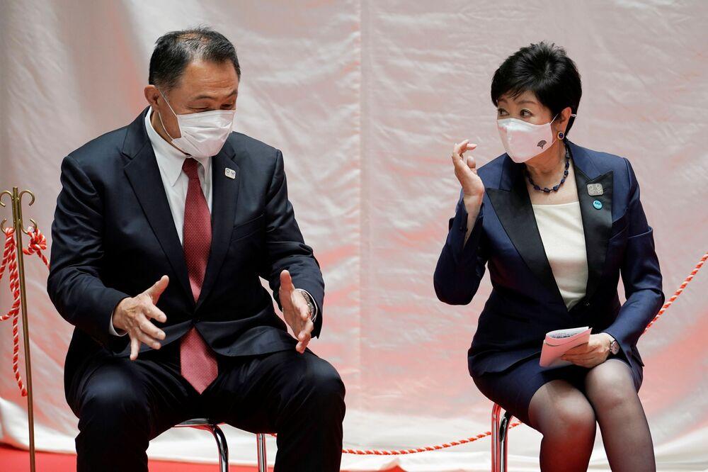 東京都庁で五輪マスコットの「ミライトワ」と「ソメイティ」像の除幕式に先立ち挨拶する日本オリンピック委員会(JOC)の山下泰裕会長と小池百合子都知事