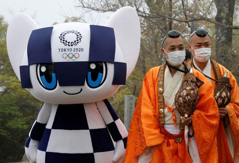 東京都八王子市の高尾山山頂に設置された五輪モニュメントの除幕式に参加した僧侶
