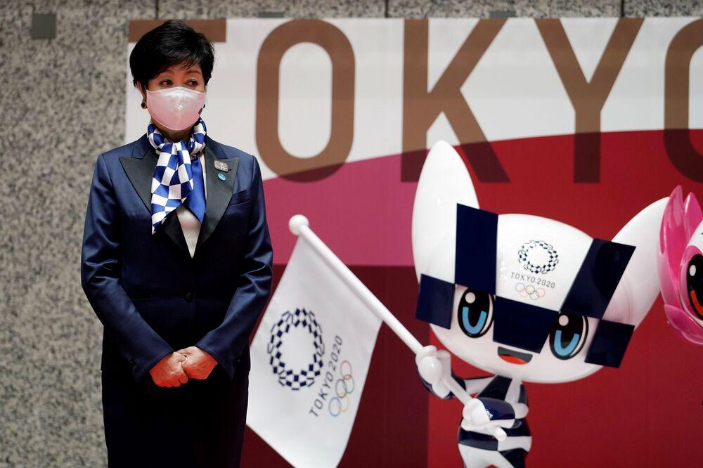 東京都庁で五輪マスコットの「ミライトワ」像の横に立つ小池百合子都知事
