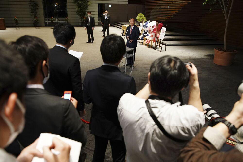 東京都千代田区の首相官邸で、五輪マスコットを背に記者会見に臨む菅義偉首相